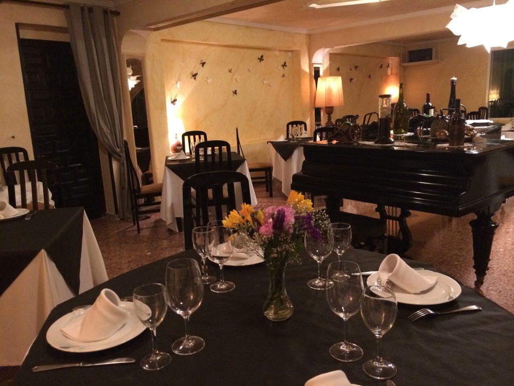 Salón Interior con piano del Restaurante El Patio de San Juan Alicate